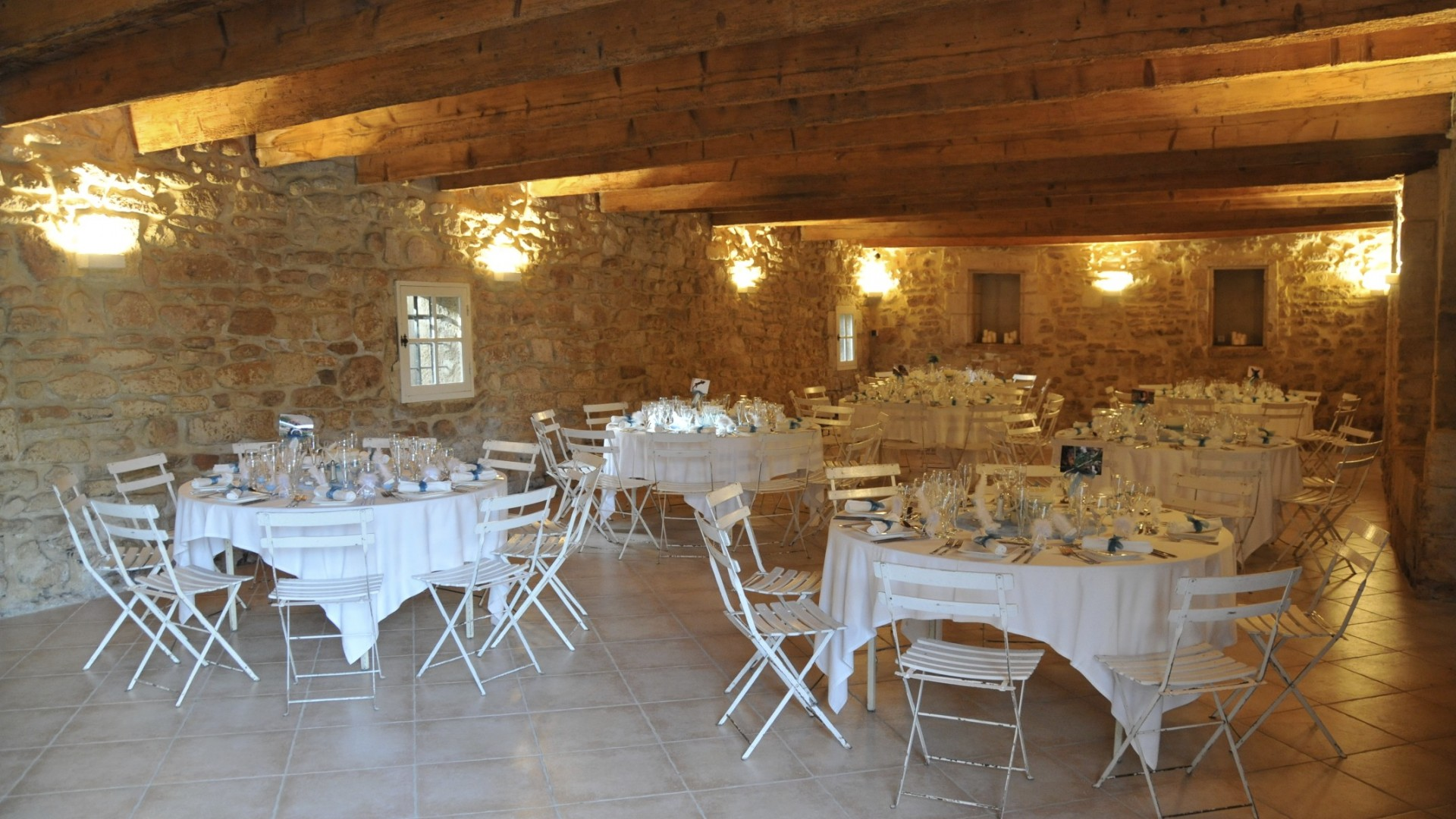 Tables du dîner dressées dans la grande bergerie