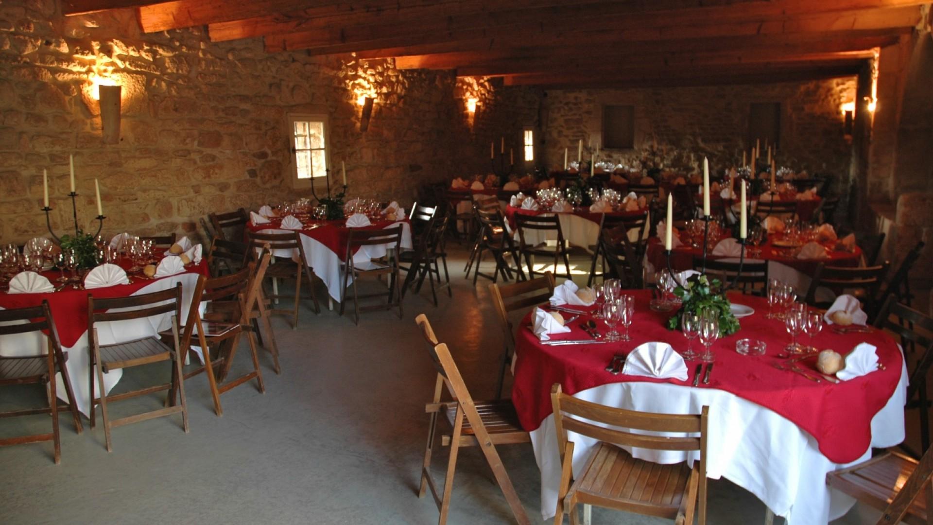 Tables dressées pour le dîner dans la grande bergerie